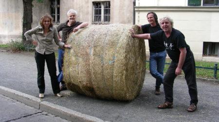 Gründer-Team Strohballenrollen